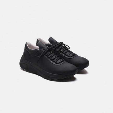 黑色系带低帮户外跑步鞋