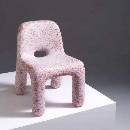 比利时创意儿童查理椅 | 回收塑料玩具制成的彩色椅