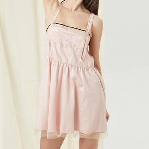 鸾鹊刺绣缎感短睡裙   性感露背设计 舒适日本棉