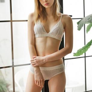 真丝蕾丝三角杯内衣套装   给你极致的贴身舒适与美感