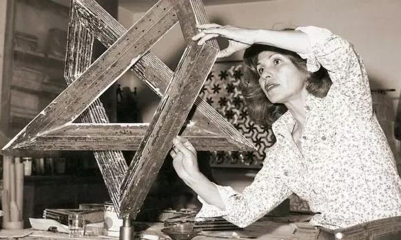 92岁的她,创造了世界上最美的几何玻璃/92岁的她创造了世界上最美的玻璃