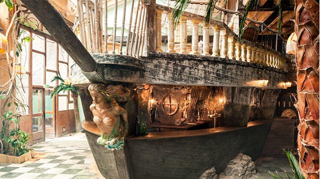 把船开到咖啡馆里,巴黎人还挺会玩/把船开到咖啡馆里,巴黎人还挺会玩
