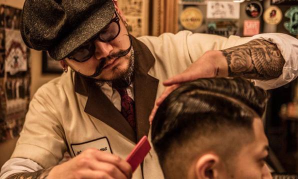 为什么这家复古理发厅让很多男士趋之若鹜?/这家复古理发厅让所有男士趋之若鹜