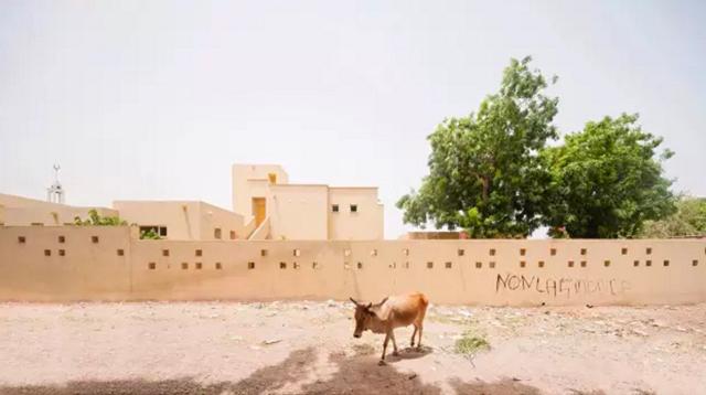 在非洲的黄沙与烈日中,存有一片儿童的绿洲/在非洲的黄沙与烈日中,存有一片儿
