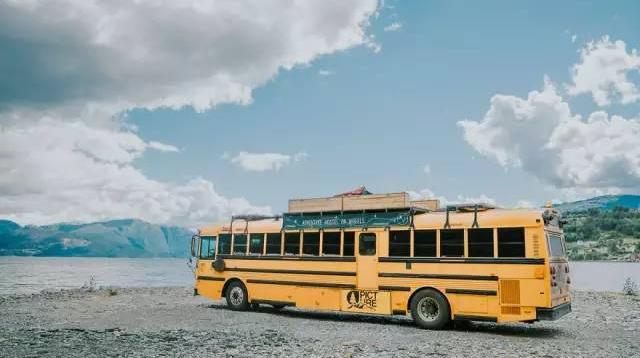 一家人将校车改造成旅店,招募旅客共享旅行/一家人将校车改造成旅店,招募旅客