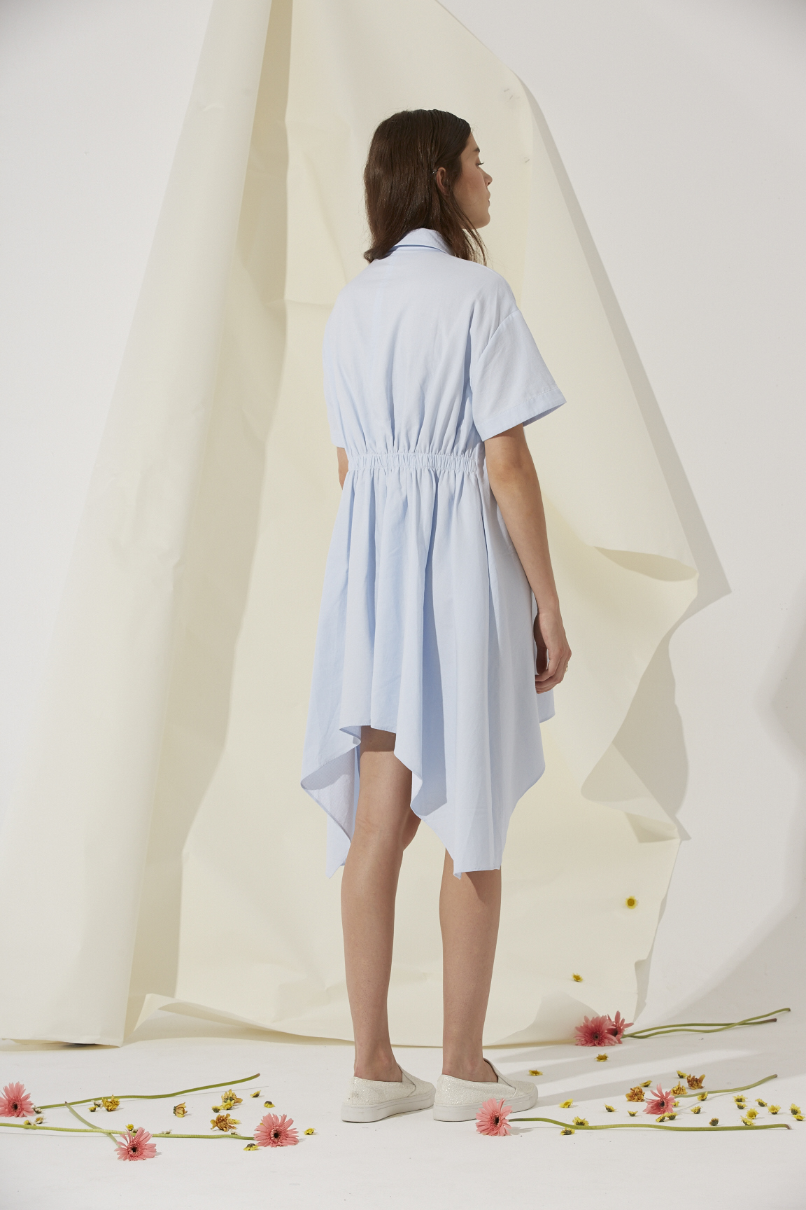 浅蓝衬衣式连衣裙