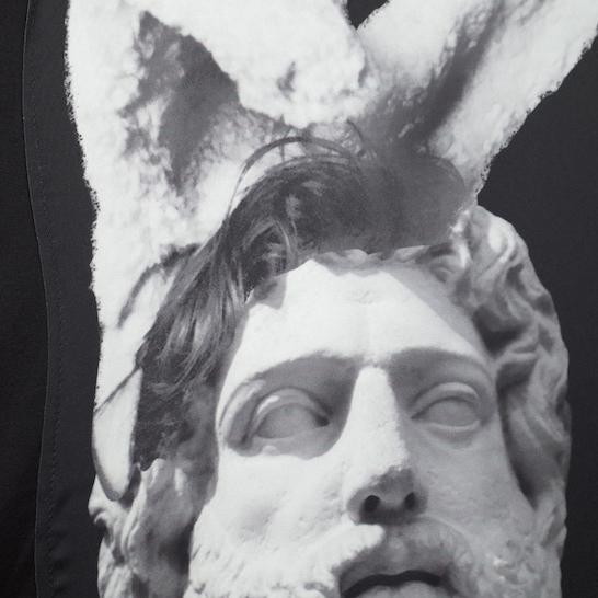 装扮成兔子的雕塑 Bunny 男士纯棉精梳双丝光T恤 黑色