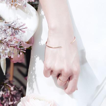「樱」暖金珐琅花瓣开口手镯 | 18K金打造 极简理念设计