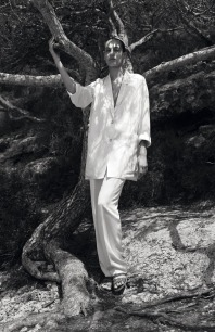 Hermès - Vestiaire d'été 2015. Loose - fitting suit long jacket and men's trousers in linen and viscose, flat sanda
