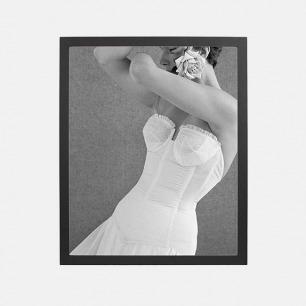 经典摄影装饰画 紧身胸衣 | 模特与玫瑰与无肩带胸衣