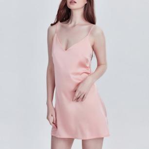 橘粉与黑色睡衣打底裙   吊带丝缎V领设计